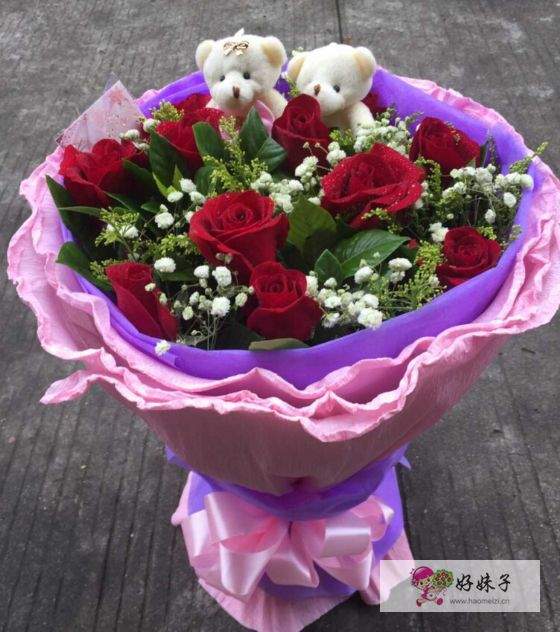 订单编号:20808131231 花材:11枝红玫瑰,黄莺,满天星丰满搭配;可爱